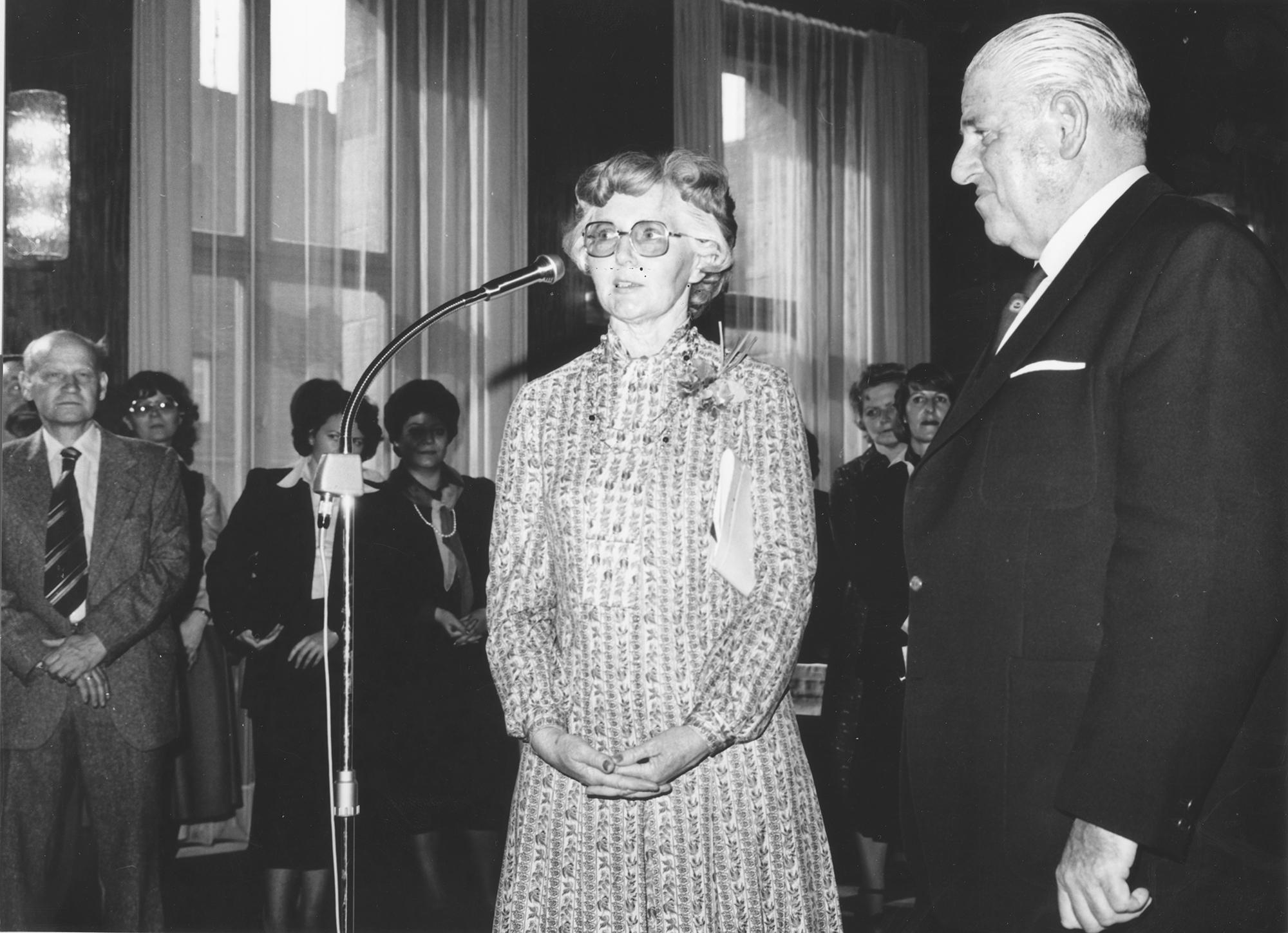 Marianne Englert 1980 in Nürnberg (mit Oberbürgermeister Urschlechter)