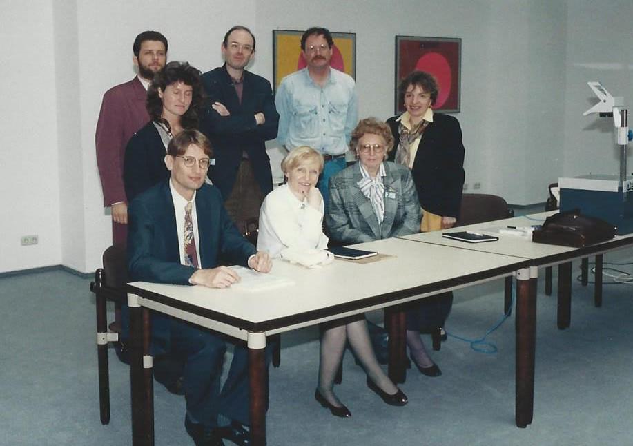 Marianne Englert 1990 in Wiesbaden (vorne rechts bei einer Gruppenaufnahme)