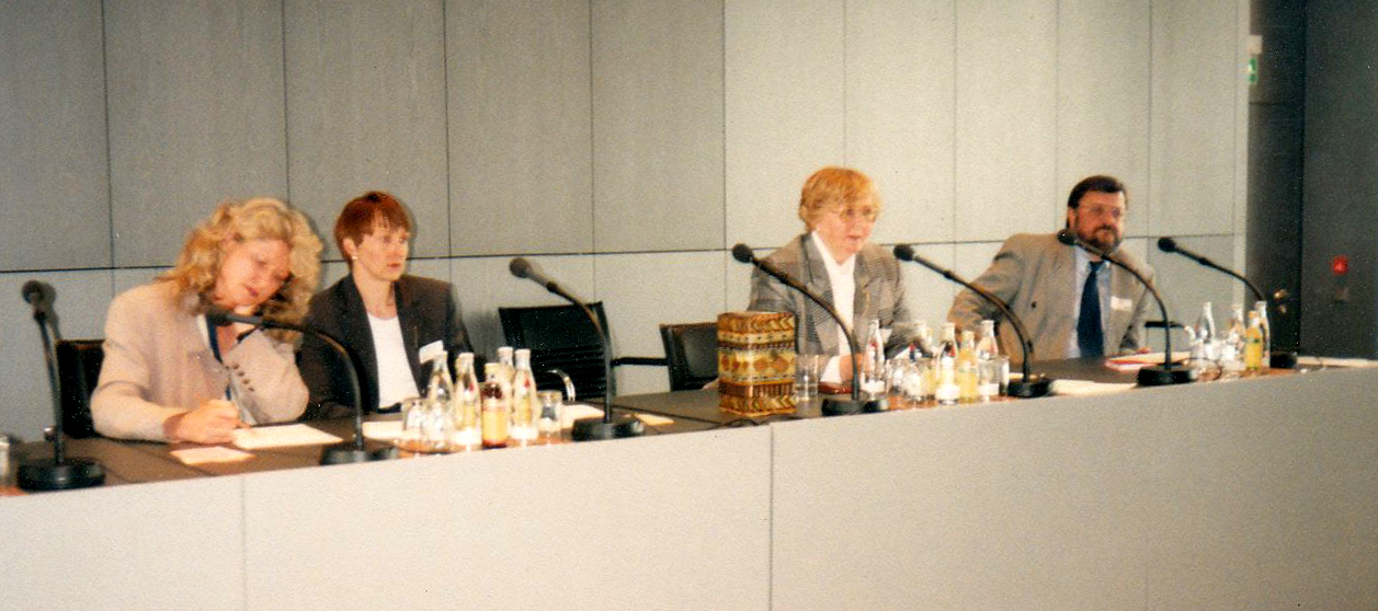 Marianne Englert als Wahlleiterin 1997 in Berlin
