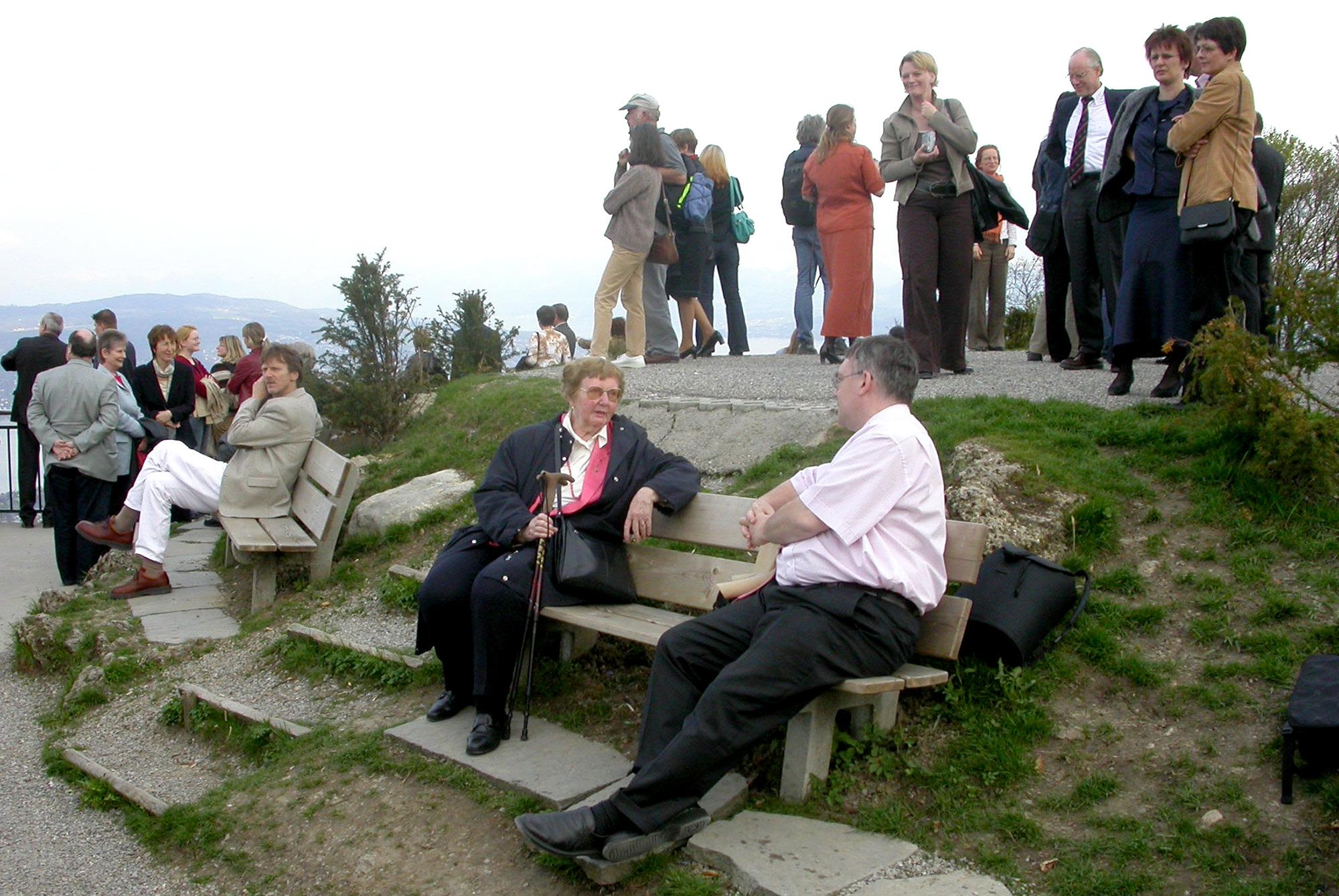 Marianne Englert 2004 beim Gesellschaftsabend auf dem Uetliberg (mit Hans-Gerhard Stülb und anderen im Hintergrund)